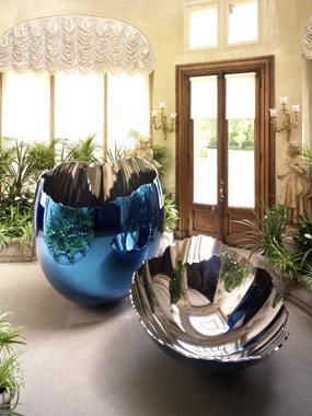 Jeff Koons. Cracked Egg (Blue), Waddesdon Manor Conservatory, Aylesbury, United Kingdom, 2010.