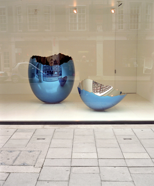Jeff Koons. Cracked Egg (Blue), Gagosian Gallery, London, 2006.